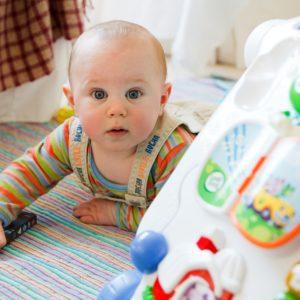 Motorický vývoj dítěte aneb Kdy má moje dítě začít lézt, sedět a chodit